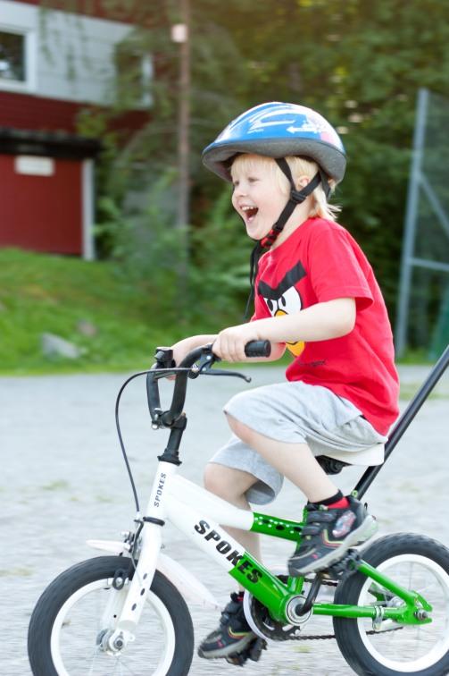 skrattande cyklist
