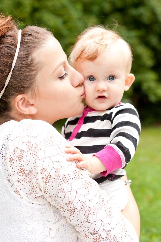 Betty och mamma pussas